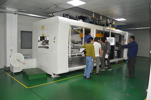Cut in mold thermoforming machine